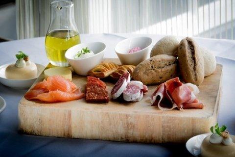 Luxe lunch voor 2 tot 8 personen bij Grand Bistro '1688' in het Sandton Hotel De Roskam,...