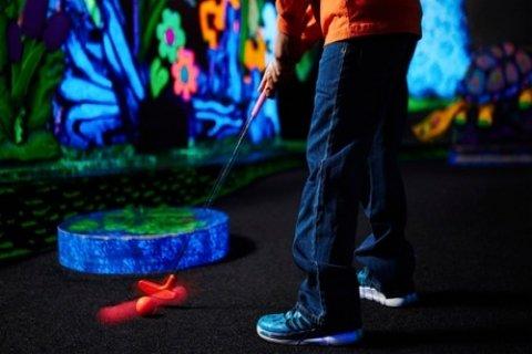 Glow-in-the-dark minigolf voor 2, 4, 8 of 12 personen bij GlowGolf Tiel