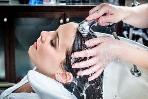 Kappersbehandeling bij Carmen's Hairstyle