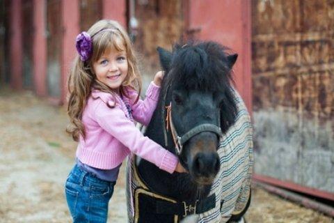 Vier ponyrijlessen voor kinderen van 6 t/m 18 jaar bij Hippisch Centrum Westland in Den...